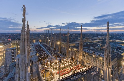Le guglie del Duomo di Milano venerdì 15 luglio 2011 si trasformano in teatro per ospitare il debutto dei 'Lombardi alla prima crociata' in forma di concerto con un cast diretto da Lorenzo Coladonato in cui spicca il basso Ruggero Raimondi. L'opera (che sarà replicata lunedì, sempre alle 21,30) fa parte degli eventi di Vivilduomo, organizzati dalla Veneranda Fabbrica per finanziare i restauri della cattedrale. I soldi raccolti serviranno per il restauro della guglia maggiore su cui poggia la Madonnina.ANSA